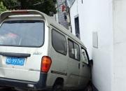 王家村行牌头有一辆面包车开到居民家里去了
