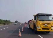 上三高速這個地方開始借道施工,過往司機謹慎行駛!